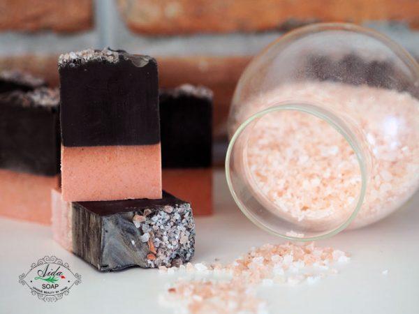 натурален сапун без палмово масло с хималайска сол и активен въглен