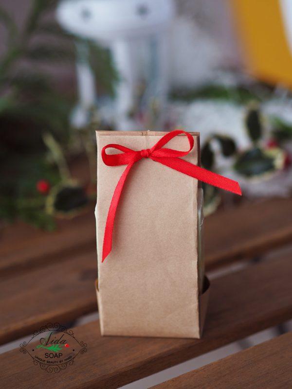 натурален сапун в опаковка с панделка